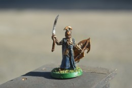 Rare  Figurine Métal  Soldat à L'épée Casque Et Bouclier - Figurines