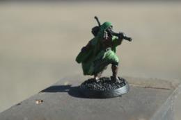Rare  Figurine Métal  Le Voleur Avec Arc Et Cape Verte - Small Figures