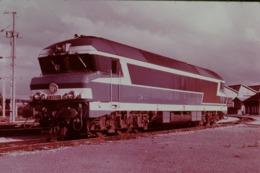 Photo Diapo Diapositive Train Wagon Locomotive SNCF Diesel Electrique CC 72022 Au Dépôt De Belfort VOIR ZOOM - Diapositives