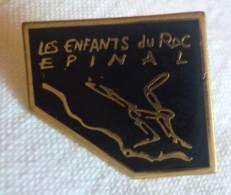 PINS PIN Les Enfants Du Roc Club Escalade Sport  Epinal 88 Vosges - Pin's & Anstecknadeln