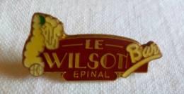 PINS PIN Bar Le Wilson   Epinal 88 Vosges - Pin's & Anstecknadeln