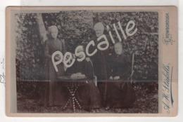 Wealden District Of East Sussex In The Weald- PHOTO ANIMEE UN HOMME TROIS FEMMES - A H.STICKELLS CROWBOROUGH - CARTONNEE - Photos