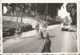 COSNE SUR LORE ( 58 ) 1940 Photo Werhmacht WW2 ,  Prisonniers Français Et Gardiens . 194 Campagne De France . - 1939-45