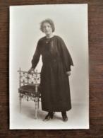 Oude FOTO -kaart Zwart - Wit DAME Bij Een Stoel  Door   MEURIS  AALST - Personnes Identifiées