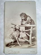 Photographie Ancienne CDV - Jeune Fille Et Son CHIEN - Décor Campagne - Photo Maison Darnay / L. Delaporte, Melun - TBE - Antiche (ante 1900)
