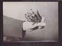 Photo ( 18 X 13 Cm ) Bijoutier Qui Tient Un Bouquet De Pierres Précieuses - Métiers