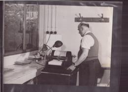 Photo ( 24 X 18 Cm ) Homme Devant Une Polycopieuse - Métiers