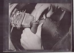 Photo ( 24 X 18 Cm ) Bijoutier Qui Répare Une Bague - Métiers
