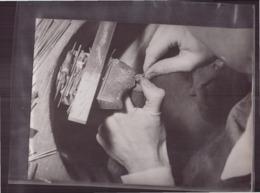 Photo ( 24 X 18 Cm ) Bijoutier Qui Répare Une Chevalière - Métiers