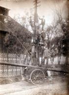 Gd Tirage Photo Albuminé Original Cartonné Electriciens Posant Des Poteaux électriques Vers 1900/10 & Chariot Echelle - Métiers