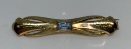 Vintage Broche En Métal Avec Une Pierre Synthétique De Couleur Bleu. Marque AM.BDL. L 65 Mm X H 11 Mm - Brochen