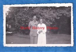 Photo Ancienne Snapshot - Portrait D'un Officier & Sa Femme ? - Insigne Para Uniforme Médaille Parachutiste WW2 ? - Guerra, Militari
