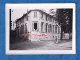 Photo Ancienne Snapshot - VERSAILLES - Maison Angle De Rue à Situer - 1942 - Femme à La Fenêtre - Lampadaire - Orte