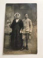 Foto AK Soldat Francais Avec Croix De Guerre Et Femme Costume Traditionnel Photo Georges Vannes Gwened - Vannes
