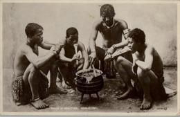 1938 SUDAFRICA , TARJETA POSTAL  CIRCULADA - CAPETOWN , ZULUS AT MEALTIME , NATIVOS , ÉTNICO , ETNIC - Sudáfrica