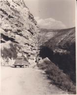 Voiture Dans Les Gorges Du JUCAR 1964 Photo Amateur Format Environ 7,5 Cm X 5,5 Cm ESPAGNE - Coches