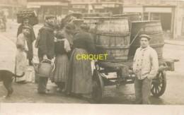 Métiers, Commerce Ambulant, Superbe Carte Photo D'une Charrette De Barriques De Vin Avec Vente Dans La Rue - Händler