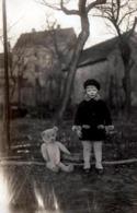 Carte Photo Originale Fillette Posant Avec Son Ours En Peluche Articulé Au Jardin Vers 1910/20 - Anonymous Persons