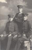 3 Soldaten Im Fotostudio Ca 1915 - Personen