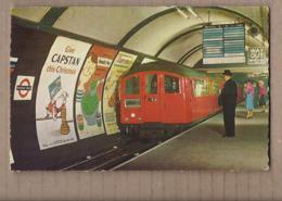 CPSM ANGLETERRE - LONDRES - Métro Piccadilly Circus - TB Affiches Publicités CAPSTAN START-RITE Benedict Peas - Publicité