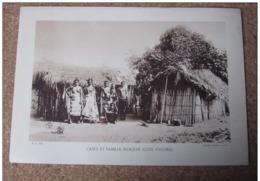 Case Et Famille Indigène Cote D'ivoire Femme Sein Poitrine Nu  Photogravure Format 20 Cm X 29 Cm. - Vieux Papiers