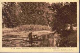 79 NIORT Le Marais Poitevin, Ramasseur De Lait à La Garette ; Barque - Animée - Niort