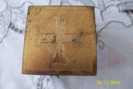 A Identifier Petit Support Religieux? (laiton/cuivre) (3 Faces Avec 2 Roses Et Une Feuille + Une Avec 2 Feuilles) - Religion & Esotérisme