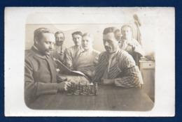 Carte-photo. Soldats Allemands. Partie D' échec Dans Un Lazarett - Régiments