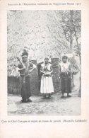 Nouvelle-Calédonie - N°60938 - Case De Chef Canaque Et Sujets En Tenue De Parade - Souvenir De L'Expo. Coloniale - Nouvelle-Calédonie