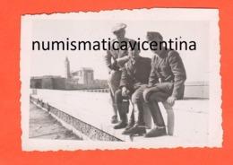 Trani 2 Militari Regio Esercito Sul Lungomare Foto 1941 - Places