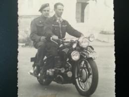 PHOTO DE 2 HOMMES DONT UN MILITAIRE SUR MOTO BAELEN LIÈGE 3 PHOTOS + 1 NÉGATIF DE PHOTO FAMILLE SUR MOTO - Automobiles