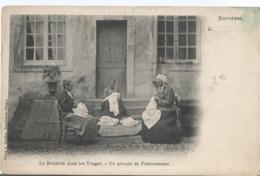 CPA  1193-  La Broderie Dans Les Vosges ( BRUYERES) - Un Groupe De Festonneuses  - Animation - Artisanat