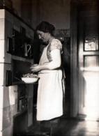 Photo Originale Rôle & Statut De La Femme Vers 1920 - Femme & Son Tablier à La Cuisine épluchant Des Champignons - Personnes Anonymes