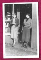 PHOTO 14 X 9 Cm Des Années 1930.. FEMMES (PIN UP) Devant Leur EPICERIE à Localiser - Pin-up