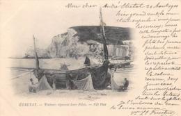 ETRETAT - Pêcheurs Réparant Leurs Filets - Etretat