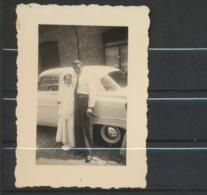 Fille Et Communion Devant Automobile   Photo Originale - Personnes Anonymes