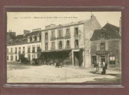 LE FAOUET (56) - HOTEL DE LA CROIX D'OR ET UN COIN DE LA PLACE - PHARMACIE - Le Faouet