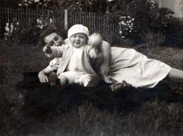 Photo Originale Portrait Mère Et Fillette Sur Couverture Vers 1930 - Complicité ! - Personnes Anonymes