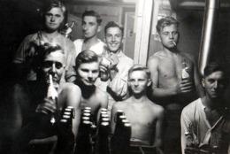 Photo Originale Gay & Playboys à La Caserne Ou à L'Internant, Mais Torses Nus & Sexy Buvant Une Caisse De Bière Vers 194 - Personnes Anonymes