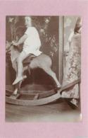 ENFANT- Sur Un Cheval à Bascule (photo Vers 1900 Format  10,7cm X 7,8cm) - Personnes Anonymes