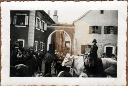 Petite Photo Originale Fête De Village & Cavalcade, Procession, Homme Défilant à Dos De Boeuf  Avec Cloche Vers 1930/40 - Personnes Anonymes