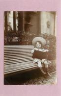 ENFANT- Petite Fille Et Son Livre (photo Vers 1900 Format  10,7cm X 7,8cm) - Personnes Anonymes