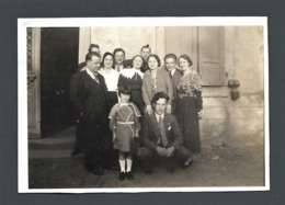 Photo Ancienne Real Foto Groupe De Personnes Famille Posant Sur Le Seuil D'une Maison De LAUTENBACH (68) MODE D'HIER - Photographs