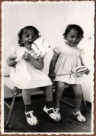 Photo Originale 2 Soeurs Jumelles Gourmandes S'attaquant à Deux énormes Sucettes Vanille-Fraise 1950/60 - Personnes Anonymes