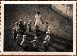 Photo Originale Scolaire - Ronde D'enfants & Maîtresse Dans La Cour En Vue Plongée - Bonnets De Rigueur Vers 1940 - Personnes Anonymes
