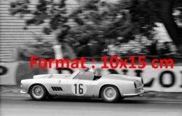 Reproduction D'une Photographie Ancienne D'une Ferrari Cabriolet N°16 Aux 24 Heures Du Mans De 1959 - Reproductions