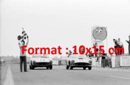 Reproduction D'une Photographie Ancienne D'une Ferrari Berlinette 250 GT Et Le Spider 250 GT Aux 24 Heures Du Mans 1959 - Reproductions