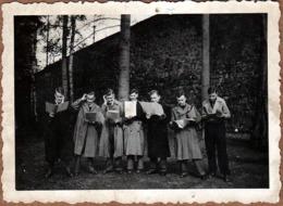 Photo Originale Groupe D'Adolescents Chantant En Suivant Leur Partition - Chanter En Choeur - Répétition & Imperméables - Personnes Anonymes