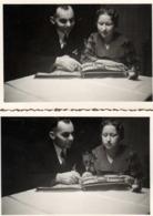 2 Photos Originales D'un Couple Plongé Dans Ses Souvenirs - Soirée Passée à Regarder L'Album Photos De Famille 1930/40 - Personnes Anonymes