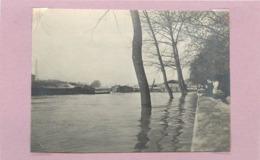PARIS - Bords De Seine, Sur La Gauche La Tour Eiffel,inondations (photo  Année 1910  Format  10,6cm X 7,8cm) - Plaatsen